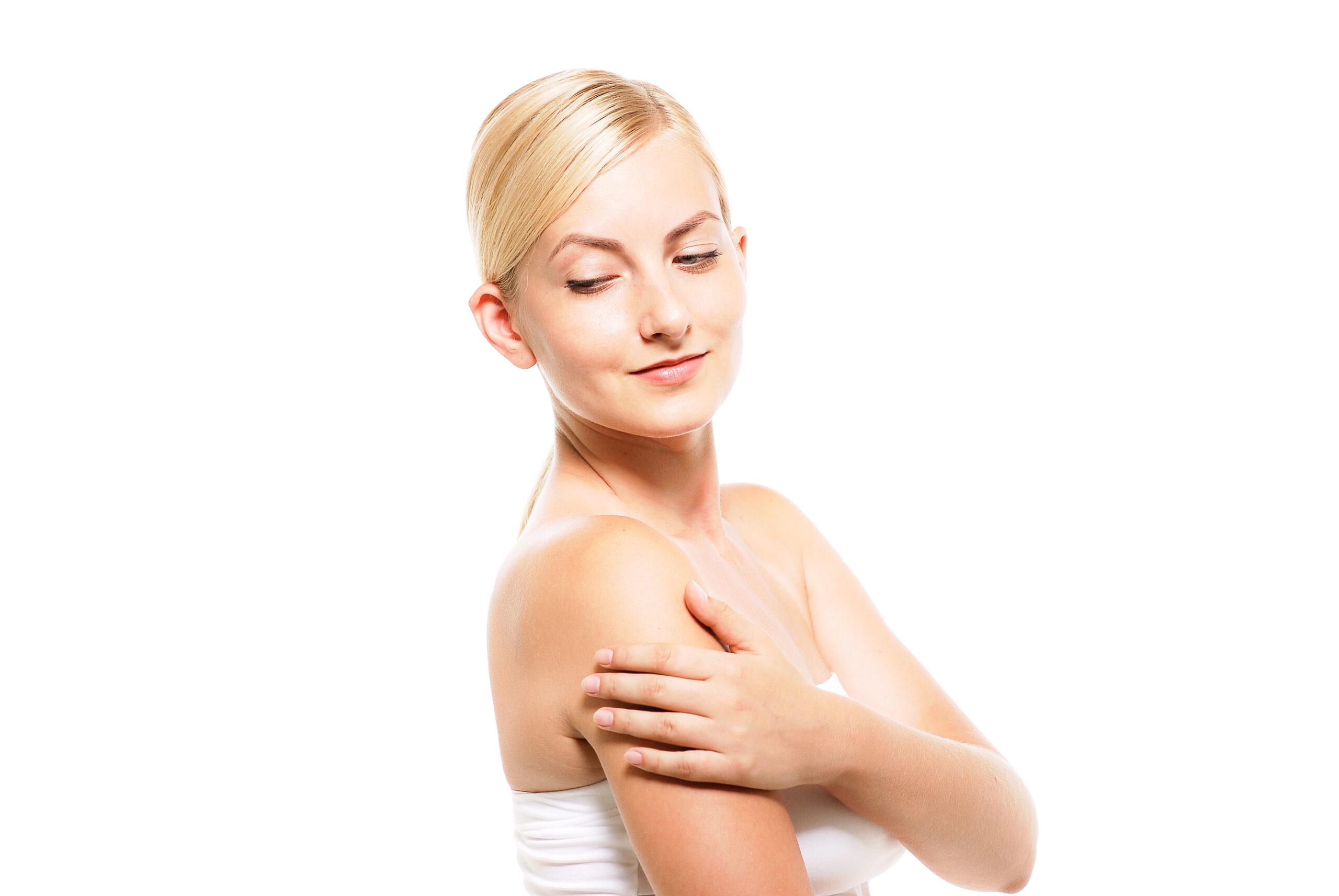 肌の具合を確認する女性