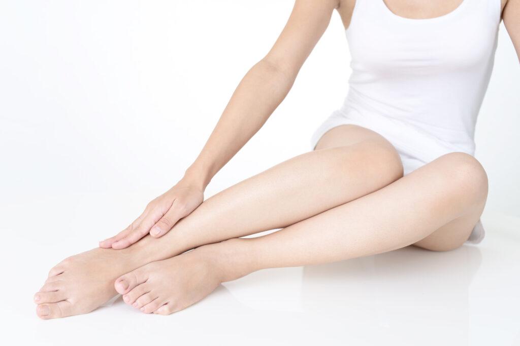 脱毛後の女性の足