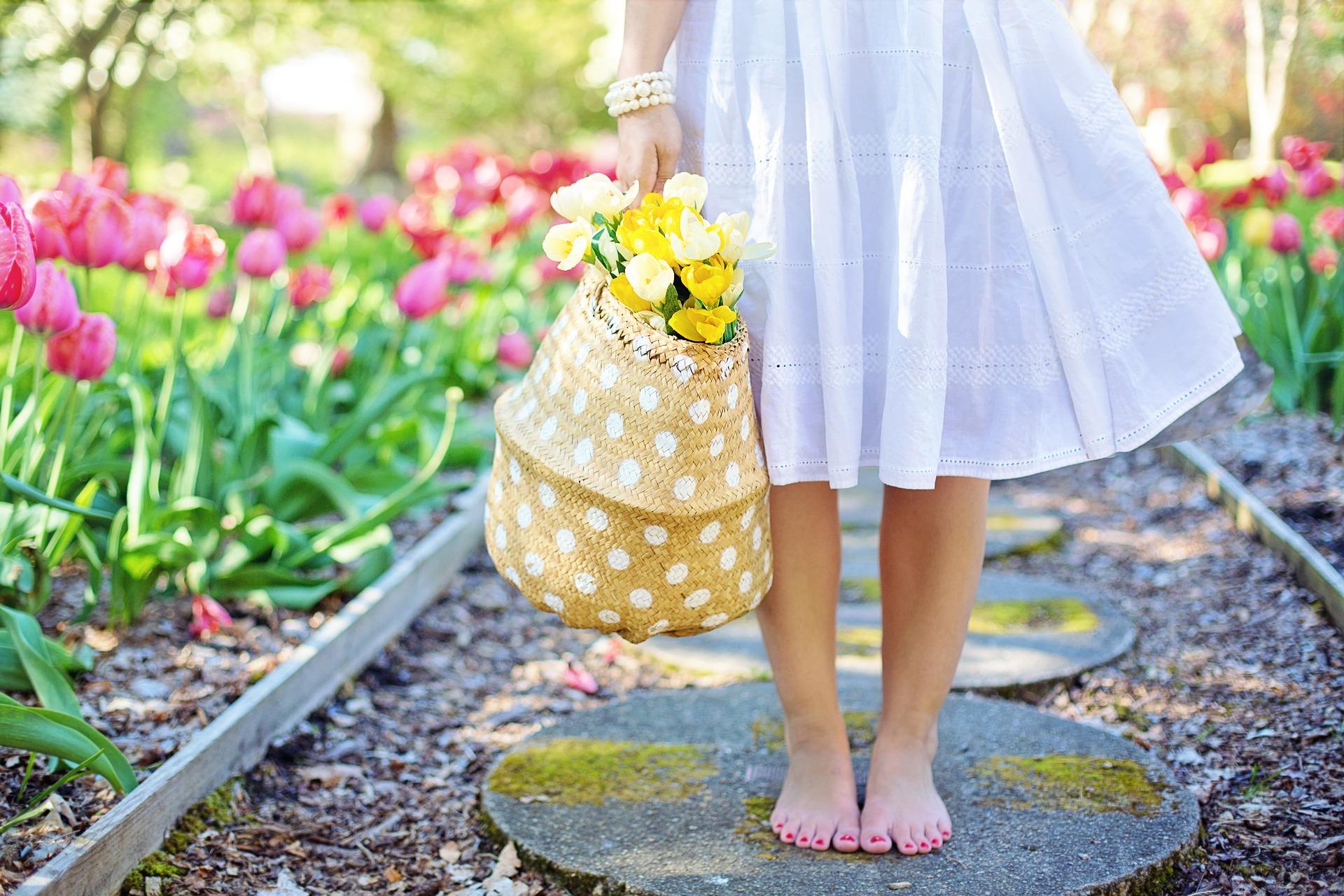 白いスカートを履いた足元